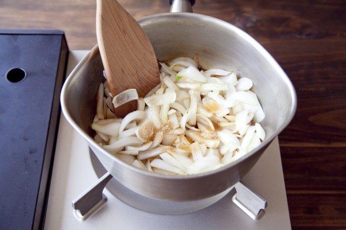 食べだしたら止まらない。ジューシーで甘みたっぷりの新玉ねぎを使った簡単おかずレシピ<2品>