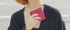 海の恵みから生まれたレザーで作られる。「tototo」の表情豊かな二つ折り財布