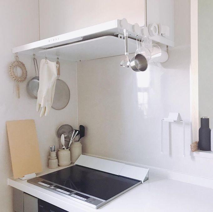 キッチンの浮かせる収納。100均のマグネットフックをとりつけ、キッチン用品を浮かせて収納する様子