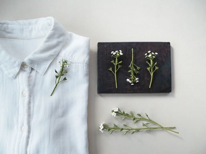 可憐な草花に惹かれる。革のアートフラワーで作る「1KO」のコサージュ