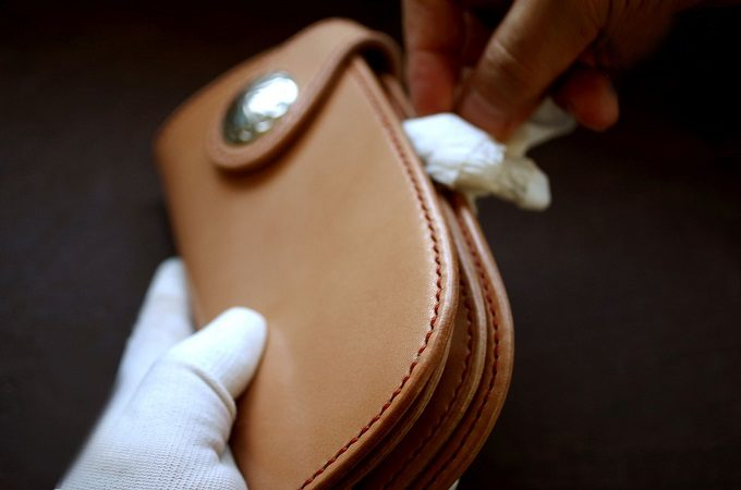 細部までこだわって作られる。「Babylonica Leather Craft」が手縫いする美しい革財布