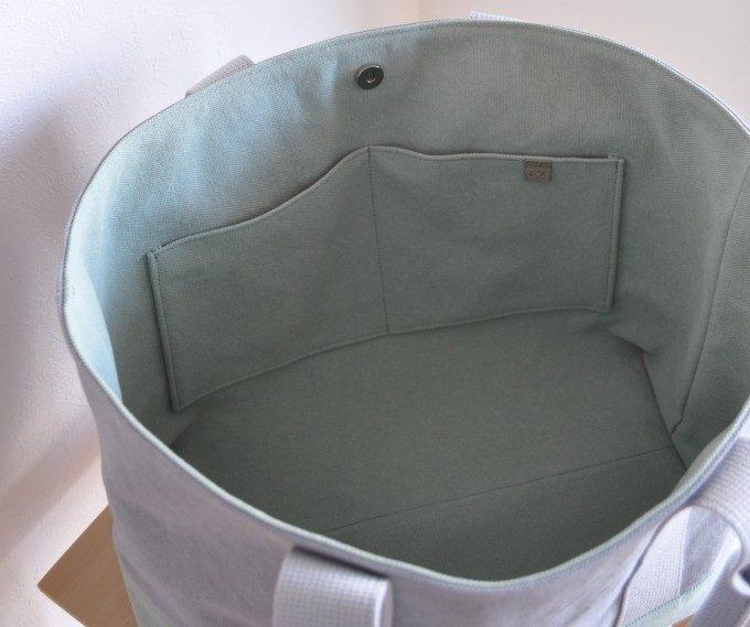 間口が広く出し入れしやすい。デザイン性・タフさを兼ね備えたキャンバス地トートバッグ