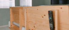 浮かせる収納でリビング・キッチン・洗面所がスッキリ。リビングのソファにリモコンを浮かせて収納する様子