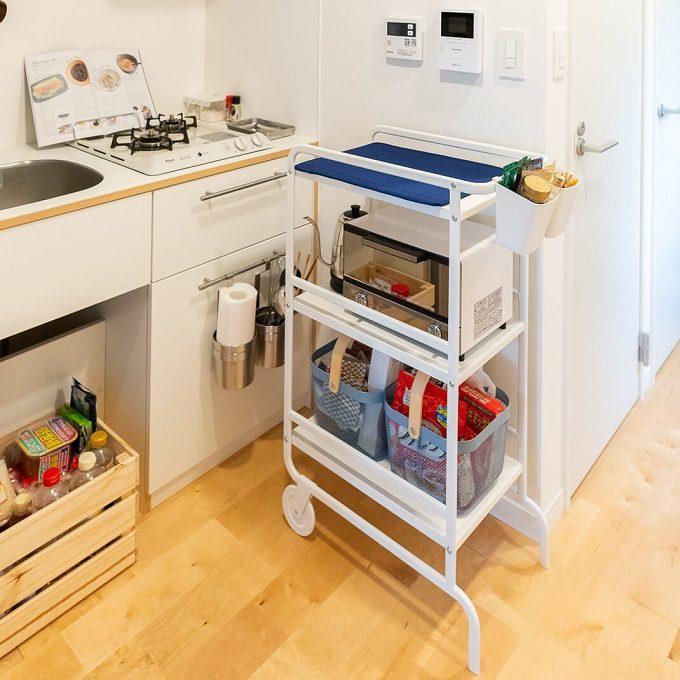 一人暮らしはキッチンは作業スペースが狭いことがほとんど。収納を兼ねた作業台を置いた狭いキッチン