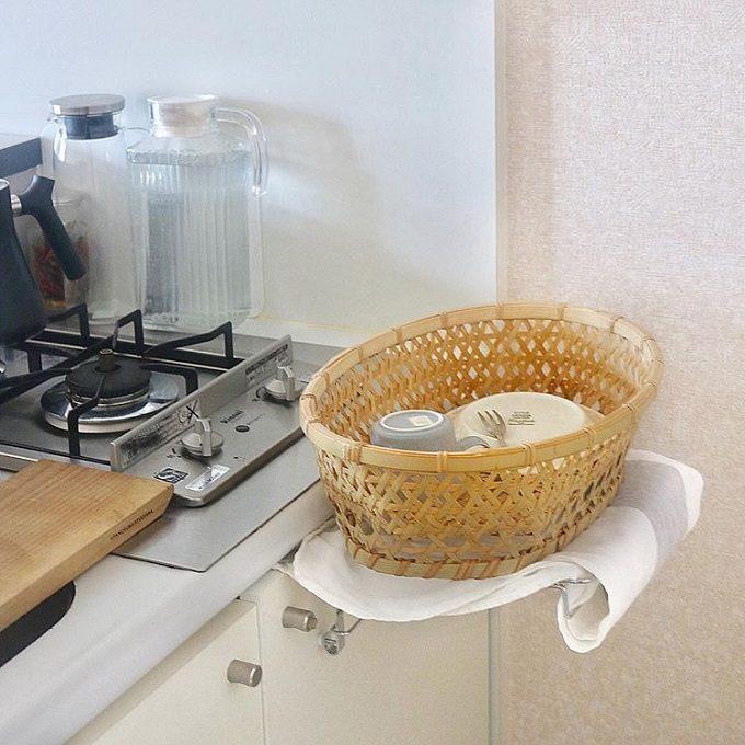一人暮らしの水切り置けない狭いキッチンにおすすめのアイデア。カゴを使って食器を収納するキッチンの様子