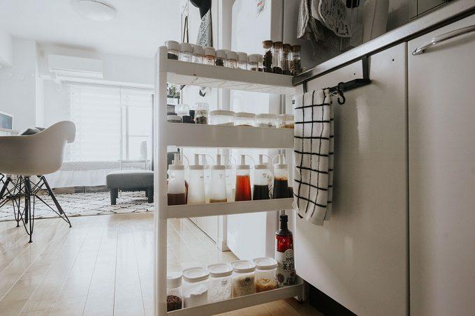 収納棚が置けない一人暮らしの狭いキッチンにおすすめの収納アイデア。狭いすき間に調味料収納ラックを置いたキッチン