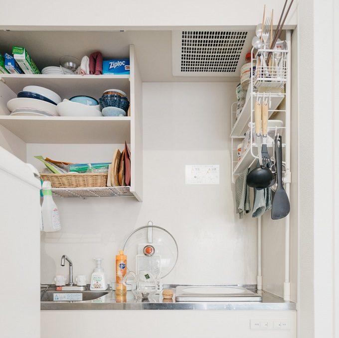 一人暮らしの狭いキッチンにおすすめの収納アイデア。収納棚をDIYしたキッチン