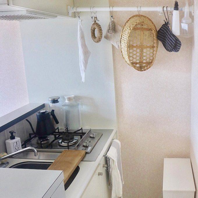 一人暮らしの狭いキッチンにおすすめの収納アイデア。つっぱり棒収納を活用したキッチン