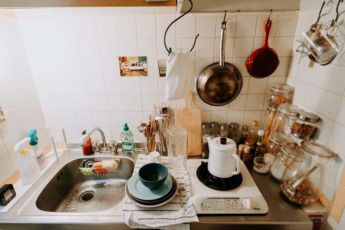 一人暮らしの狭いキッチンにおすすめの収納アイデア。S字フック収納を活用したキッチン