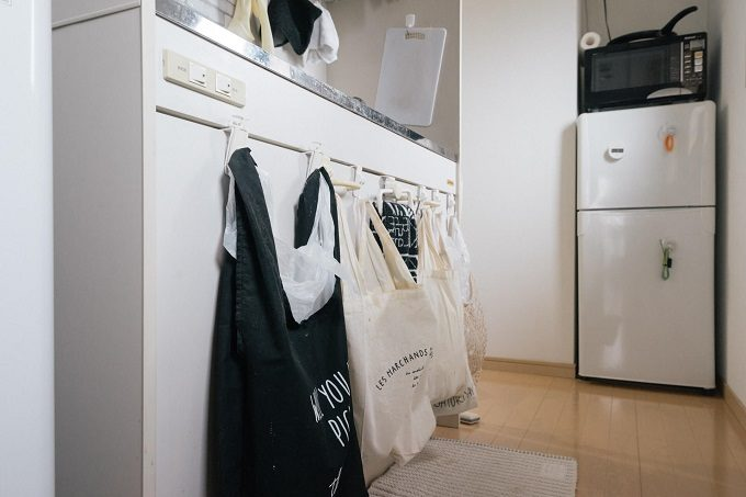 一人暮らしの狭いキッチンにおすすめの収納アイデア。ゴミ箱を浮かせて収納するキッチン