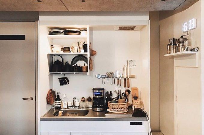 一人暮らしの狭いキッチンにおすすめのアイデア。素材感や色を統一したキッチン