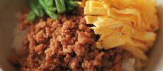 冷蔵保存で1週間もつ。炒めるだけの「鶏そぼろ」とすぐに作れる丼&麺のアレンジレシピ
