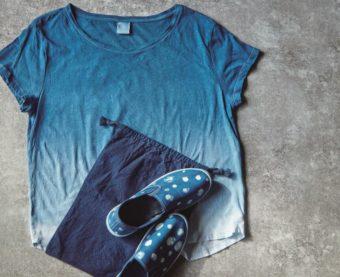 大河でも注目の「藍染」。汚れたシャツも靴もきれいに蘇る、話題の『おうちで藍染』本が登場