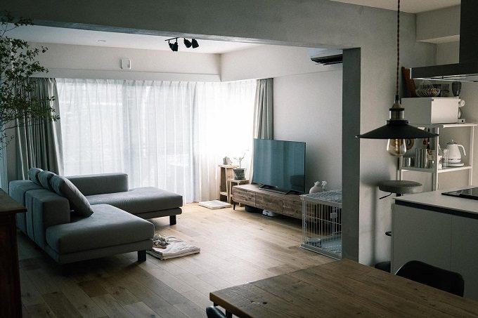 クールさと木の温もりが心地よい。「ナチュラルモダン」な部屋づくり3つのポイント