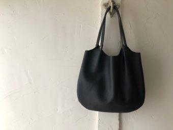 本革ながら防水性抜群。コーデに華を添える「Handwerk Natur」の軽めレザーバッグ
