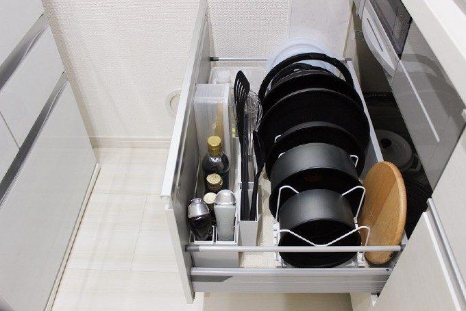 家事時間は「セット置き」でグッと減らせた。シンプルに暮らす達人のキッチン収納を拝見