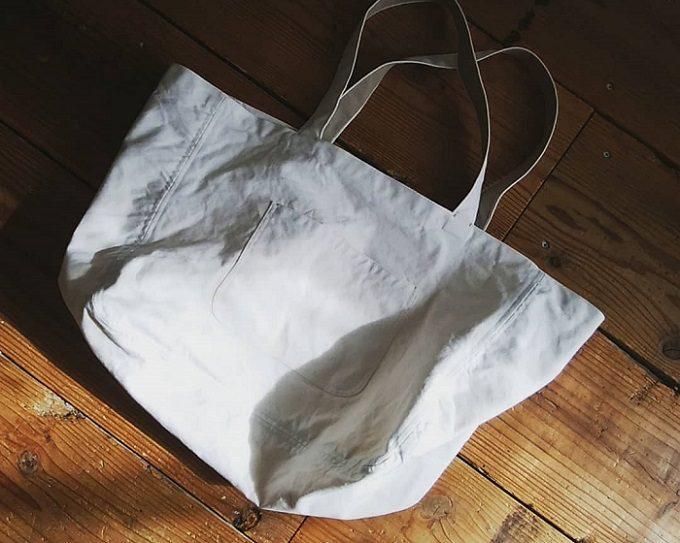 夏の装いのポイントに。洗濯機で丸洗いもできる「kobayashi」の大きめ帆布トート