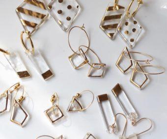 ガラスの透明感と金属のきらめきに魅せられる。「CHICCA glass accessory」のガラスピアス