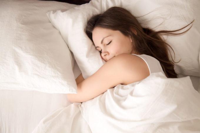 ナイトブラって寝る時に着けたほうがいいの?着用のメリット・デメリットを解説