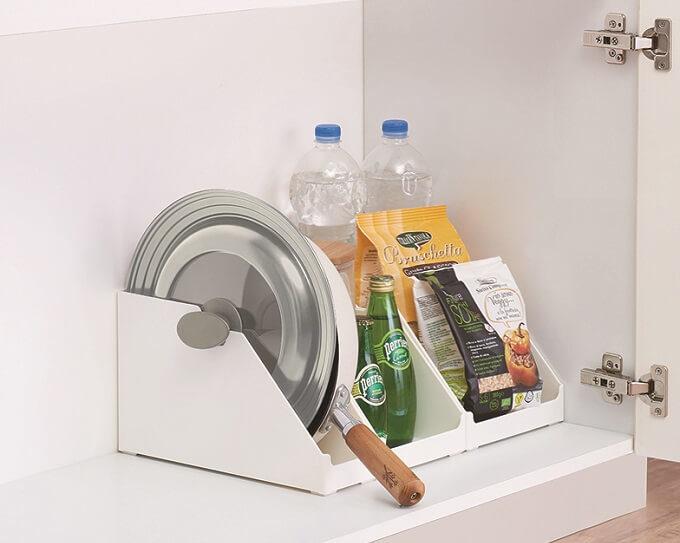 鍋や蓋がサッと取り出せてストレスフリー。コンロやシンク下の立てる収納に役立つ優秀アイテム