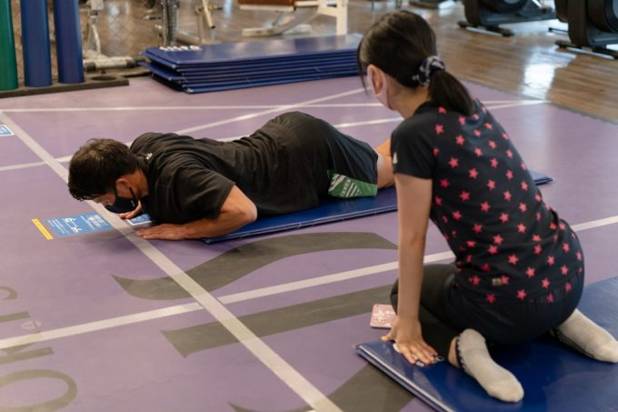 【二の腕やせメソッド】プロトレーナー直伝の1日10回二の腕引き締めトレーニング2選