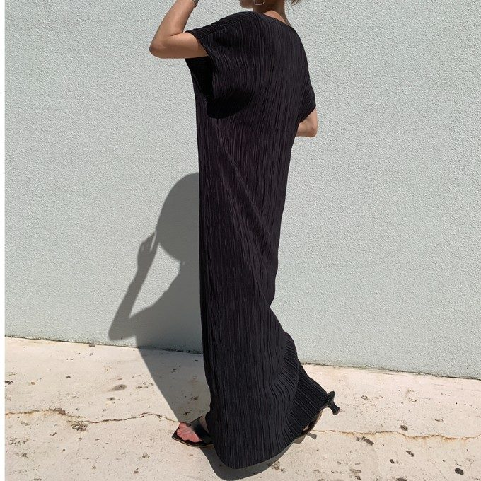 「黒=重たい印象」を打破。ブラックアイテムを軽やかに着こなす大人の夏コーデ<5選>