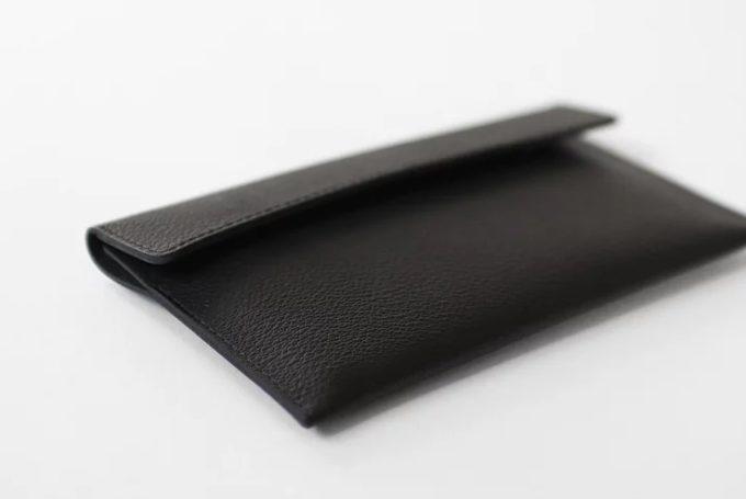 どこまでも薄く、美しく。シンプルで使い勝手のよい黒の革財布3選