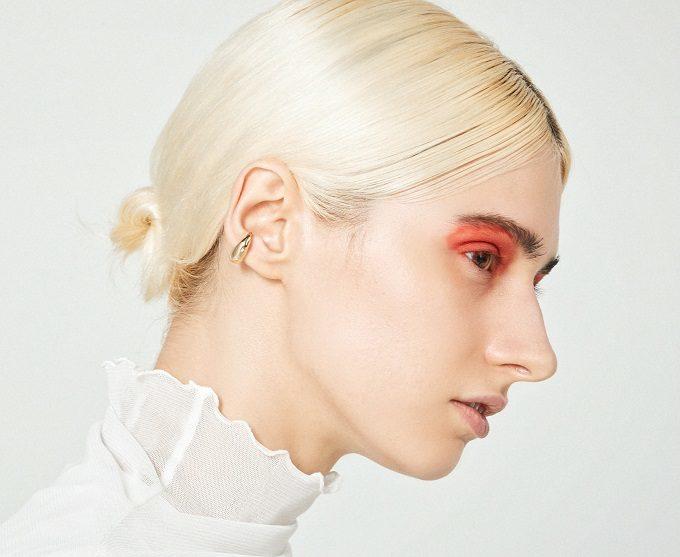 マスク顔もさりげなく彩る。大人の女性に似合う「GOLDY」のイヤーカフ