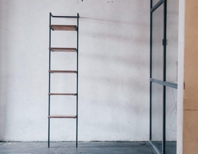 コーナーにも置けるスリムな佇まい。上質ナチュラルな空間を生み出す「ScB」のラック3選