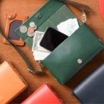 財布にもクラッチバッグにもなる。一つあれば万能な「革...