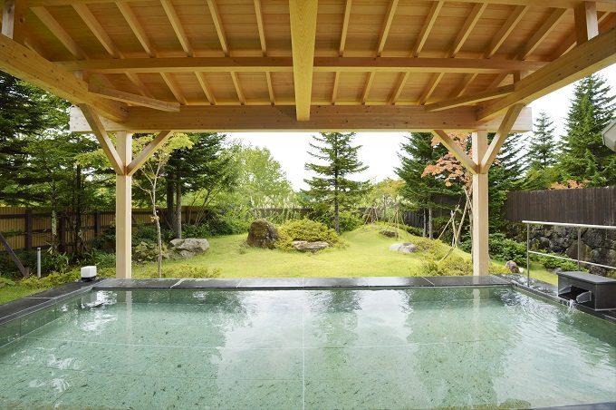 秋のお出かけにおすすめ、紅葉が絶景の福島県の裏磐梯の「裏磐梯グランデコ東急ホテル」の露天風呂
